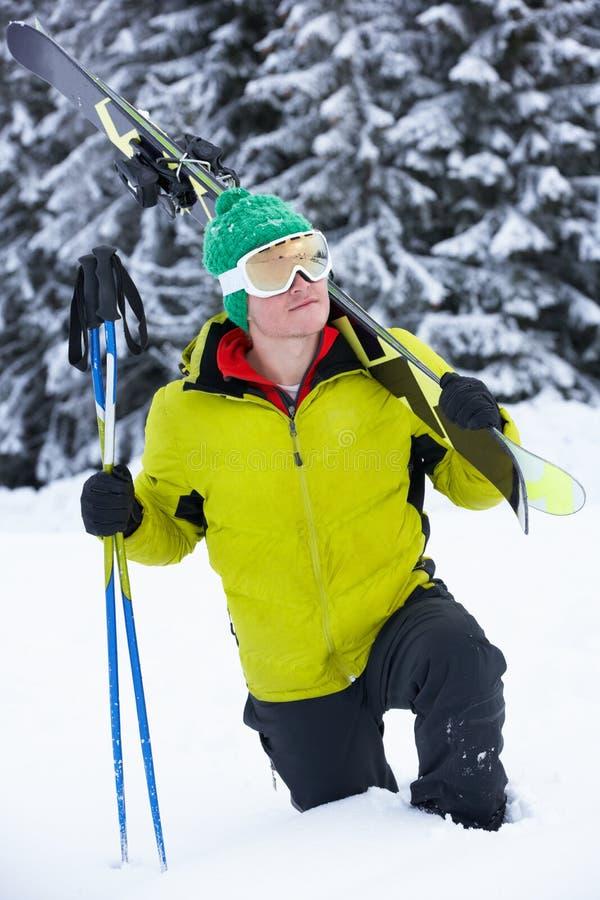 Jeune homme des vacances de ski en montagnes photos stock