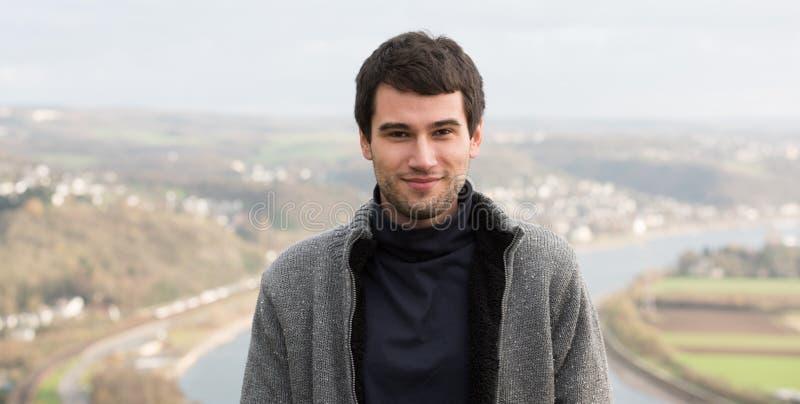 Jeune homme devant la rivière photo libre de droits