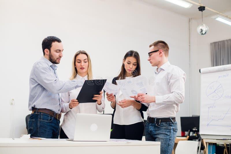 Jeune homme discutant la recherche de marché avec des collègues lors d'une réunion Équipe de professionnels ayant la conversation photos stock