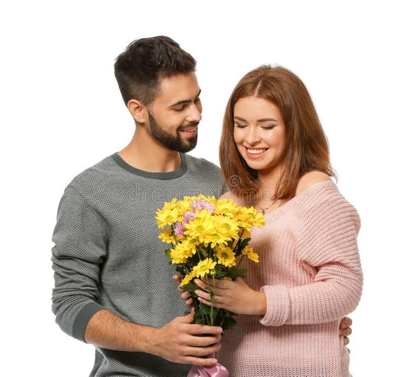 Jeune homme donnant de belles fleurs à son amie aimée sur le fond blanc Célébration de Saint-Valentin de saint images libres de droits