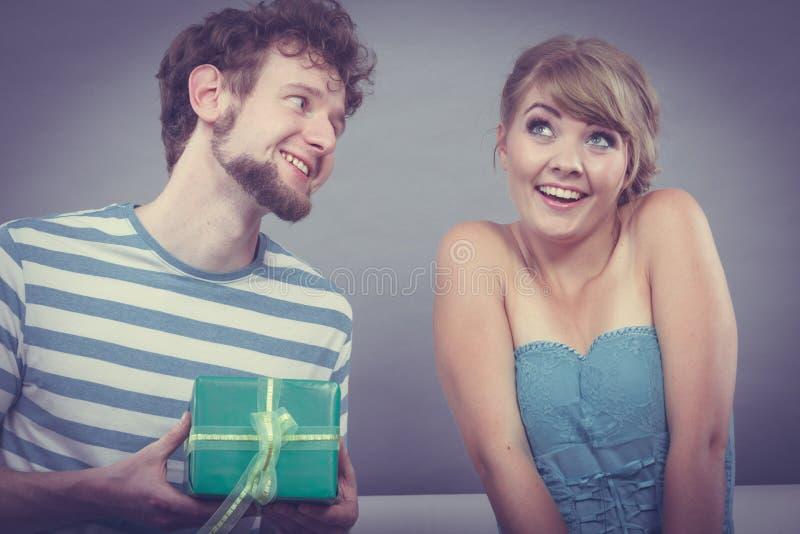 Jeune homme donnant le boîte-cadeau de femme photo stock
