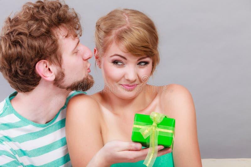 Jeune homme donnant le boîte-cadeau de femme photo libre de droits
