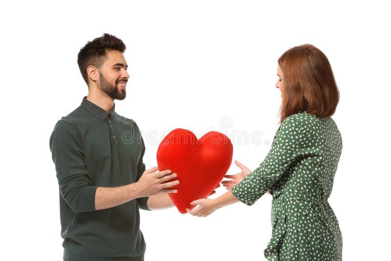 Jeune homme donnant le coeur de tissu à son amie aimée sur le fond blanc Célébration de Saint-Valentin de saint images libres de droits