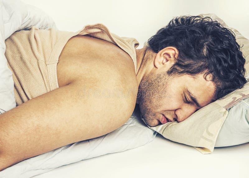 Jeune homme dormant dans le bâti photo stock
