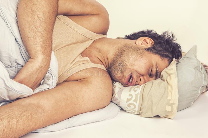 Jeune homme dormant dans le bâti images libres de droits