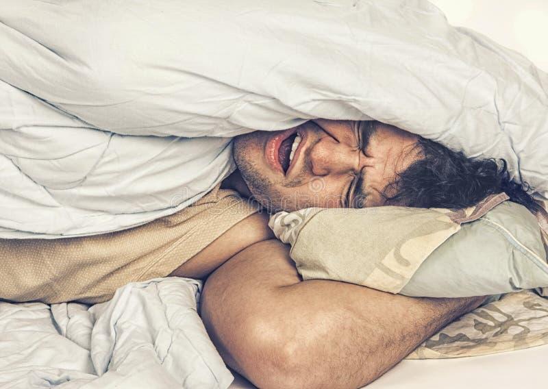 Jeune homme dormant dans le bâti photographie stock