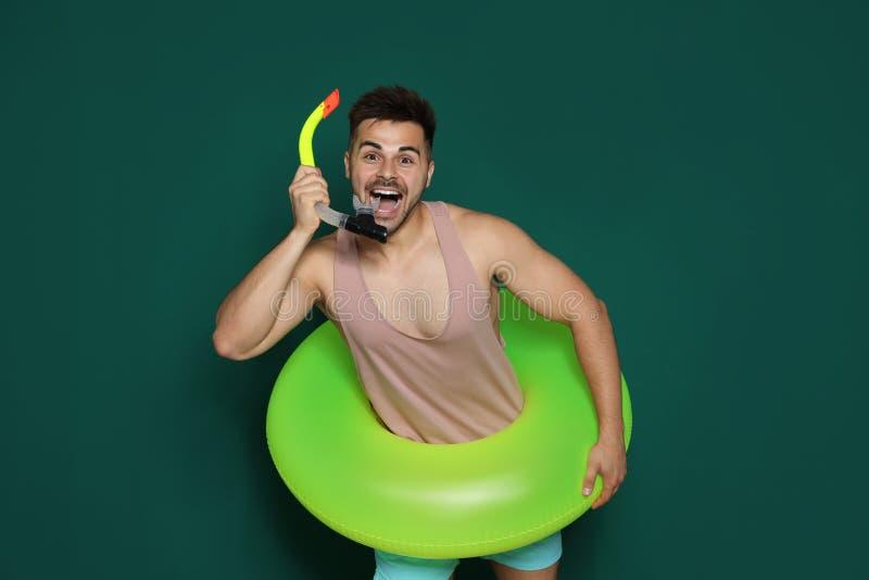 Jeune homme drôle avec l'anneau gonflable lumineux photos libres de droits