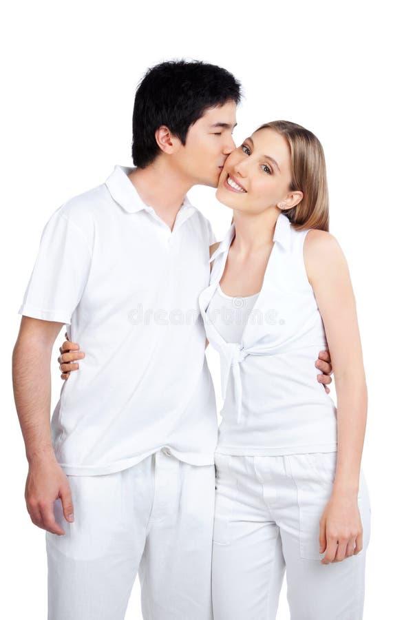 Jeune homme embrassant la jeune femme photographie stock