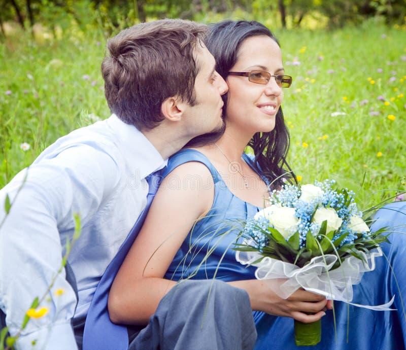Jeune homme embrassant sa amie extérieure photo libre de droits