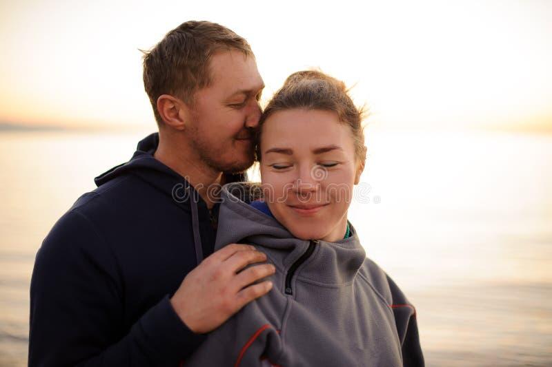 Jeune homme embrassant sa position d'amie par derrière photos libres de droits