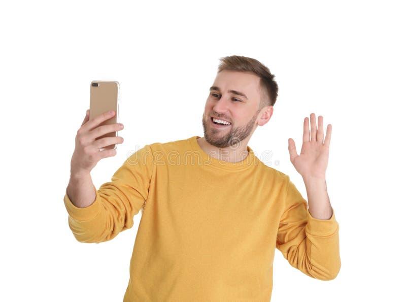 Jeune homme employant la causerie visuelle sur le smartphone image stock