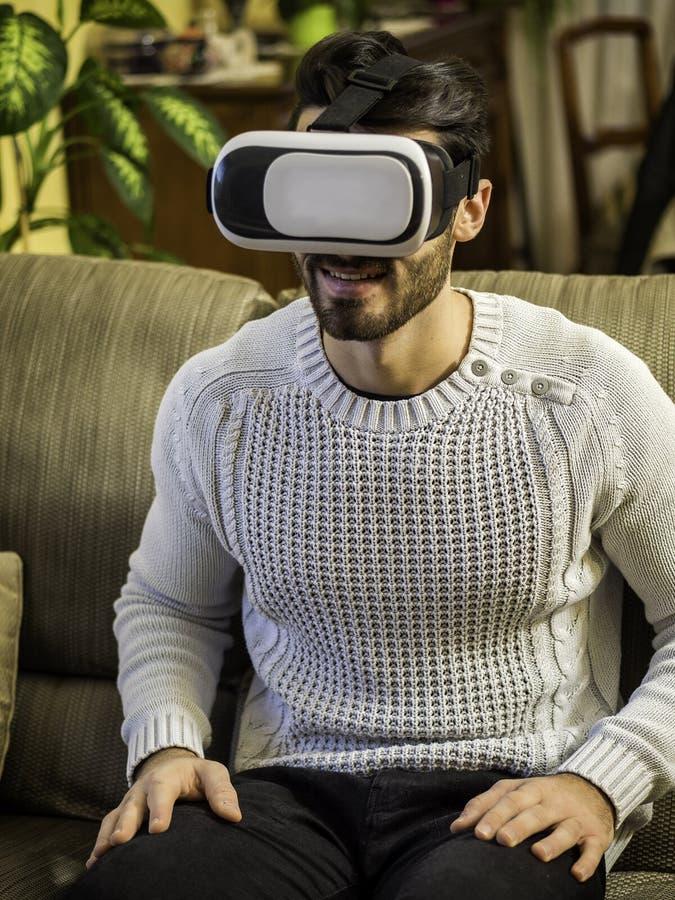 Jeune homme employant la visionneuse de réalité virtuelle photo stock