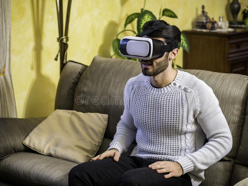 Jeune homme employant la visionneuse de réalité virtuelle image stock