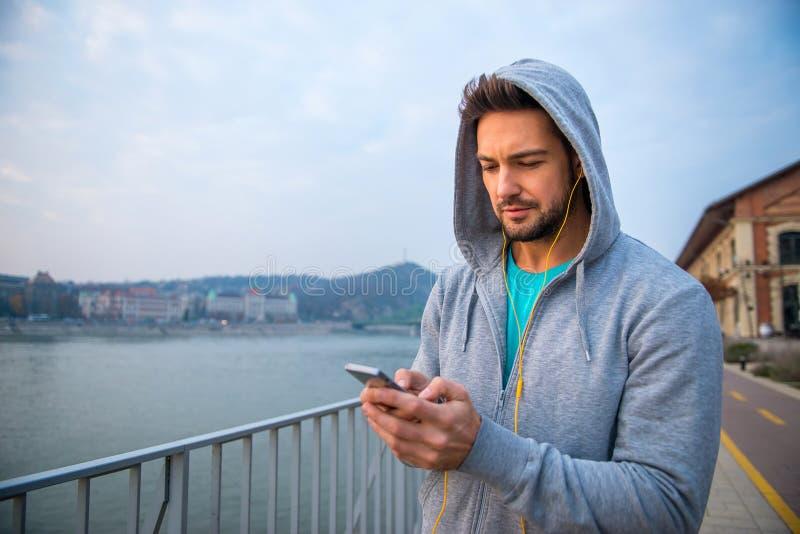 Jeune homme employant le sien téléphone photo libre de droits