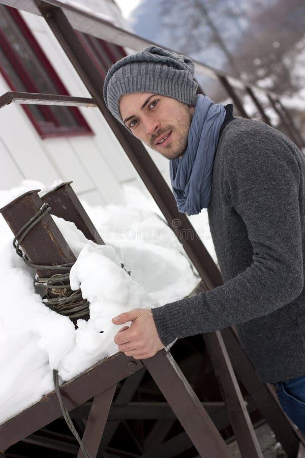 Jeune homme en hiver photo stock