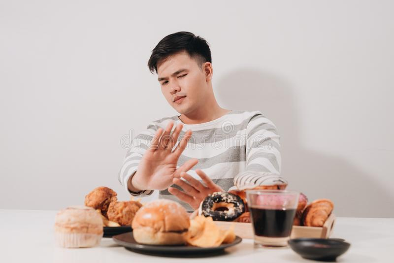 Jeune homme en suivant un régime et le concept sain de consommation photo stock