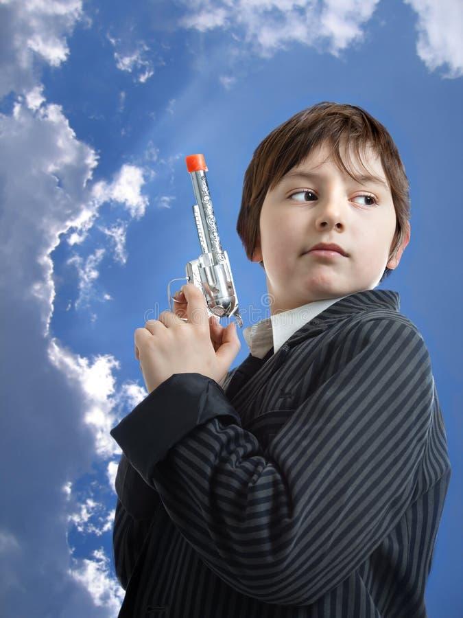 Jeune homme en tant que bandit contre le beau ciel bleu photos stock