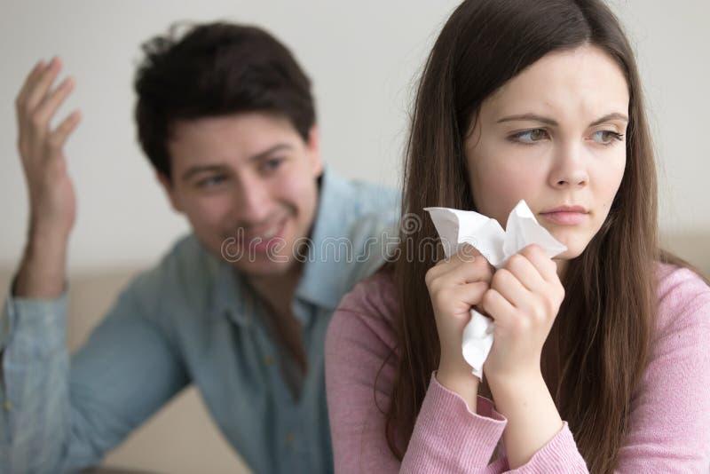 Jeune homme encourageant vers le haut de la belle dame pleurante, femme de conforts de type image stock