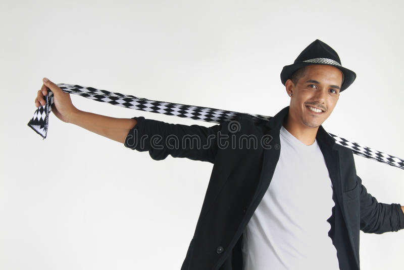 Jeune homme enlevant son écharpe image libre de droits