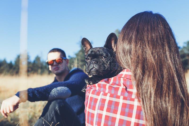 Jeune homme et femme avec leur chien dehors images stock