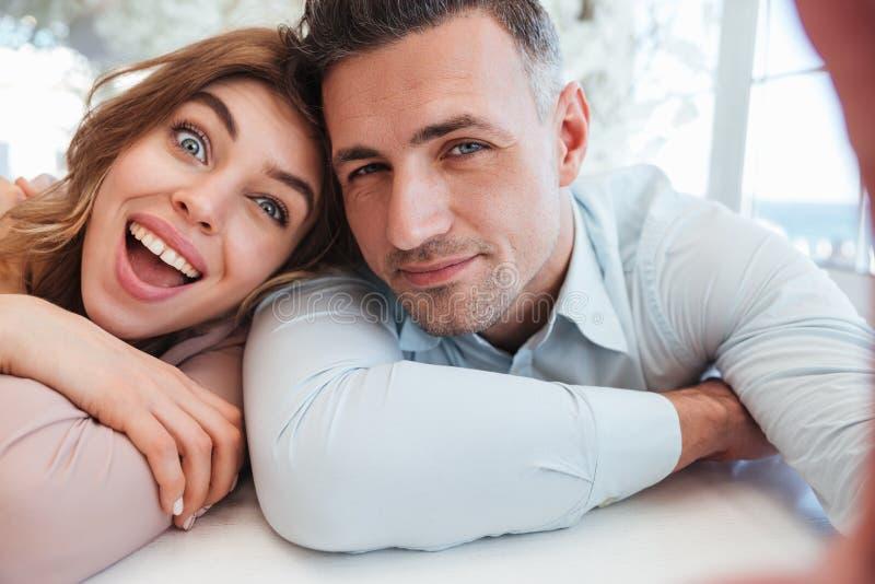 Jeune homme et femme ayant l'amusement ensemble, et m de deux beau personnes photographie stock