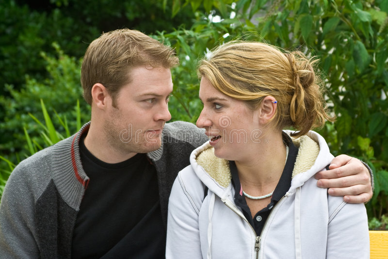 Jeune homme et femme sur le banc images libres de droits