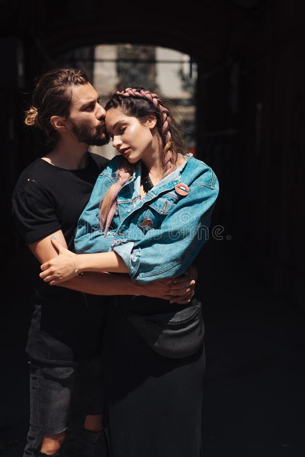 Jeune homme et femme sur le stree images stock
