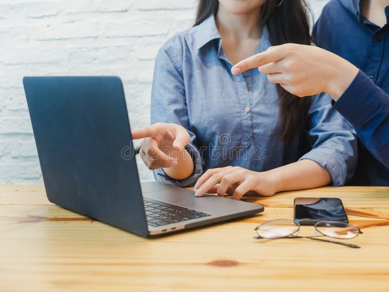 Jeune homme et femme travaillant dans le bureau Femme d'affaires se dirigeant au labtop Coworking, travail d'équipe, concept d'as photo stock