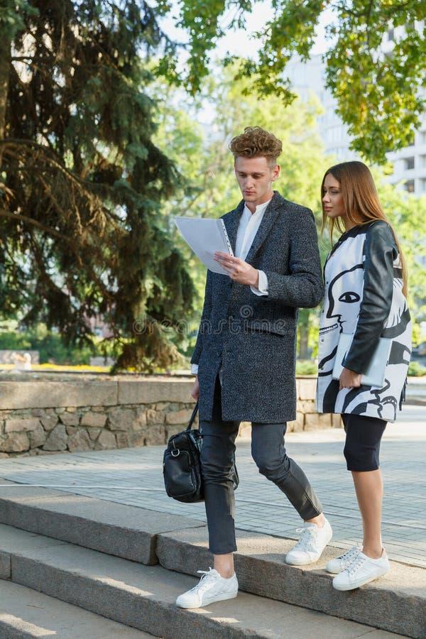 Jeune homme et fille regardant dehors des documents photos libres de droits