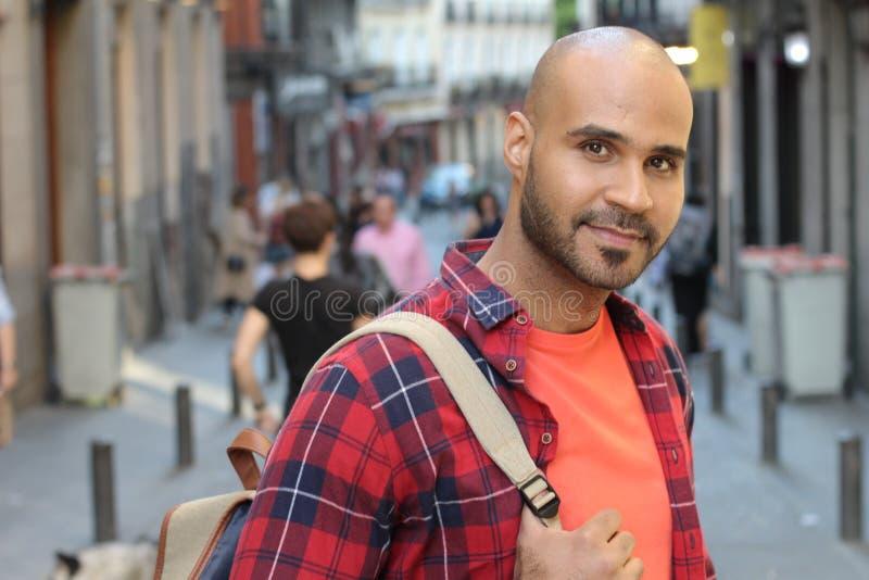 Jeune homme ethnique beau dehors avec l'espace de copie images libres de droits