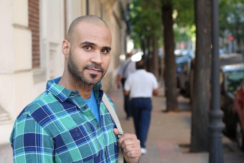 Jeune homme ethnique beau dehors avec l'espace de copie image libre de droits