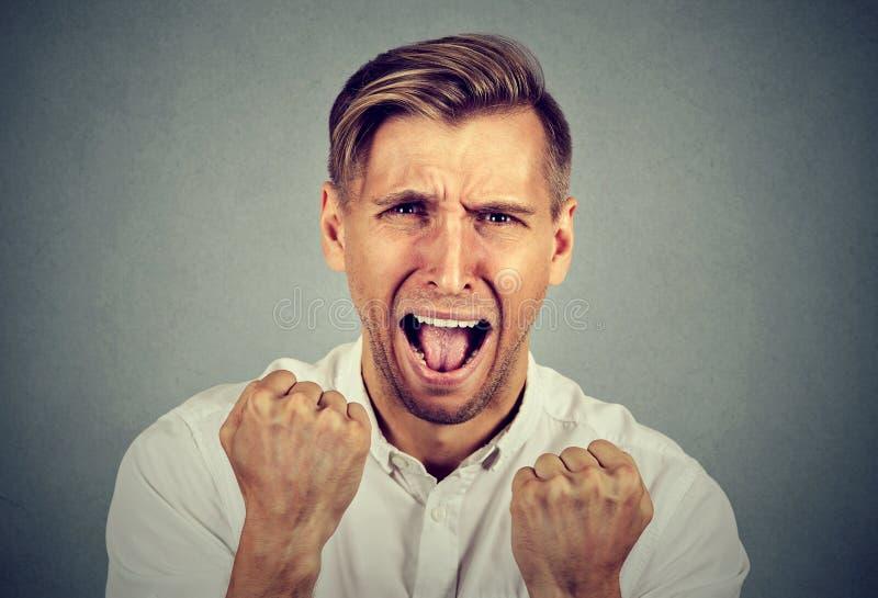 Jeune homme fâché de Headshot criant image libre de droits