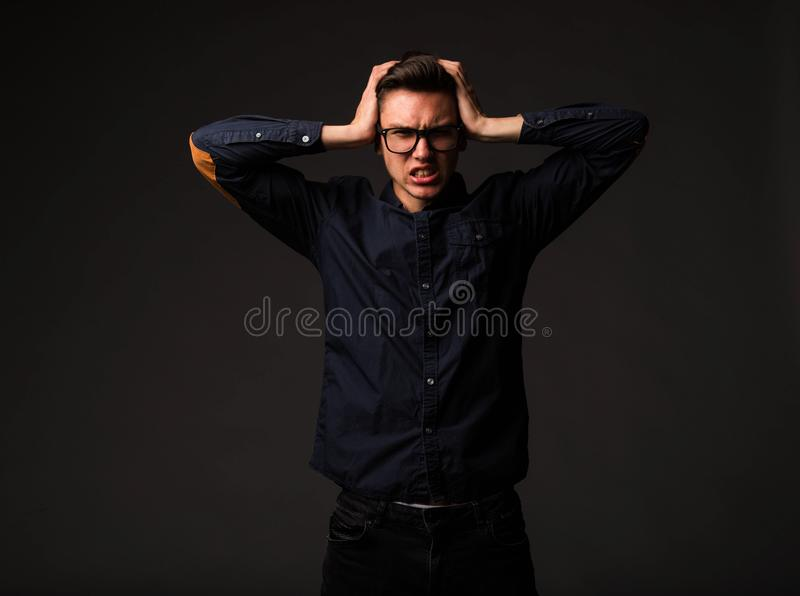 Jeune homme fâché montrant à la main photos stock