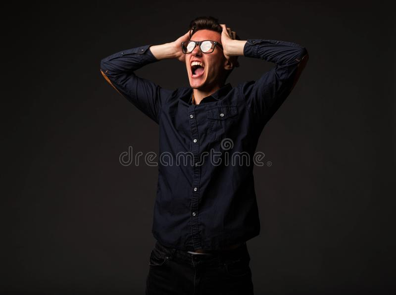 Jeune homme fâché montrant à la main images stock
