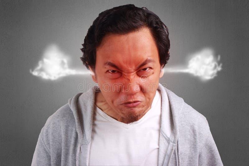 Jeune homme fâché, rouge de tour de visage images stock