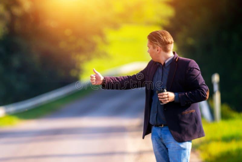 Jeune homme faisant de l'auto-stop images libres de droits
