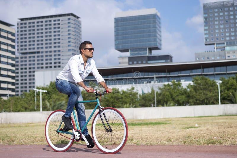 Jeune homme faisant du vélo dans un jour d'été images stock