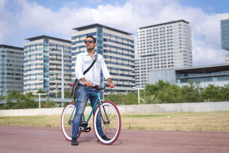 Jeune homme faisant du vélo dans un jour d'été image stock