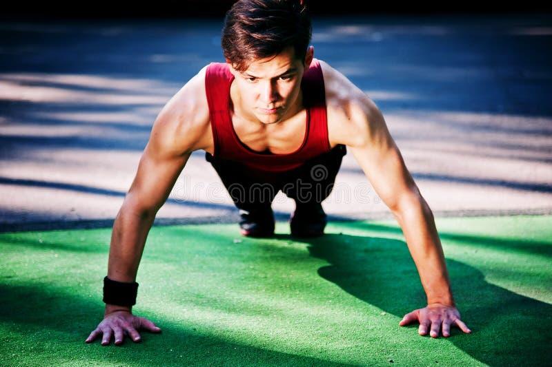 Jeune homme faisant l'exercice de forme physique photos stock
