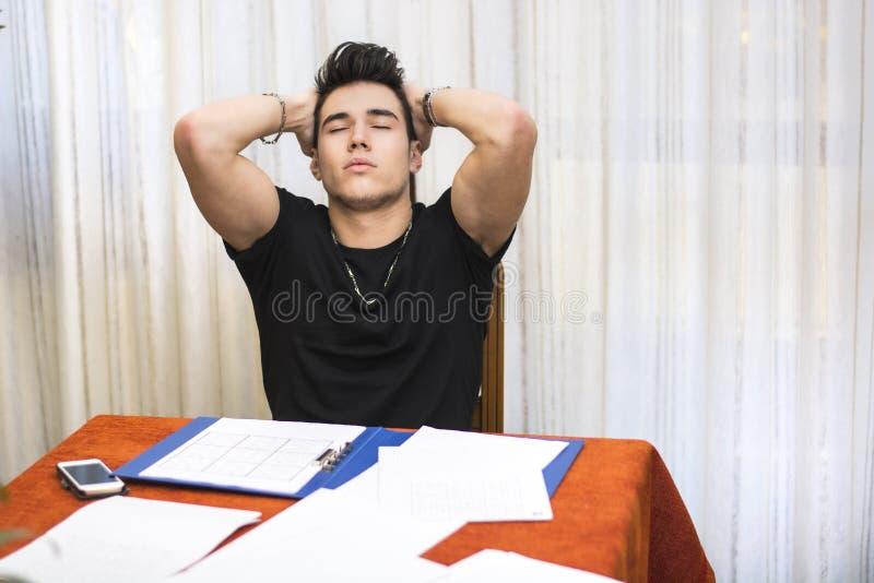 Jeune homme fatigué ou découragé faisant le travail photos libres de droits