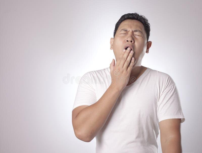 Jeune homme fatigué somnolent photographie stock