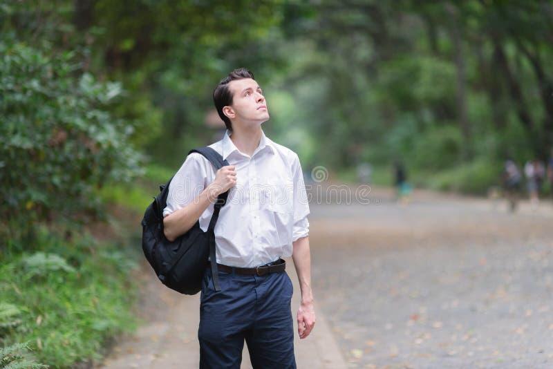 Jeune homme français découvrir le secteur de vert et de nature à Tokyo photographie stock