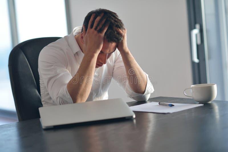 Jeune homme frustrant d'affaires travaillant sur l'ordinateur portable à la maison images stock