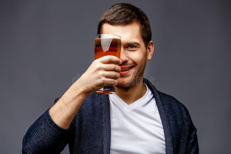 Jeune homme gai dans la tenue de détente futée photo stock