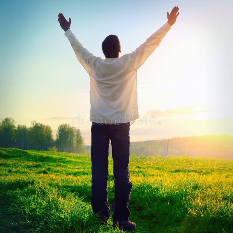 Jeune homme heureux au coucher du soleil images libres de droits