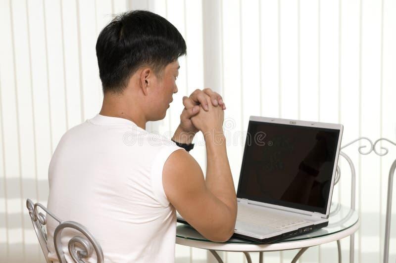 Jeune homme heureux avec l'ordinateur portatif photos stock