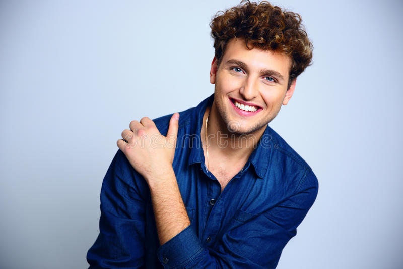 Jeune homme heureux avec les cheveux bouclés photographie stock