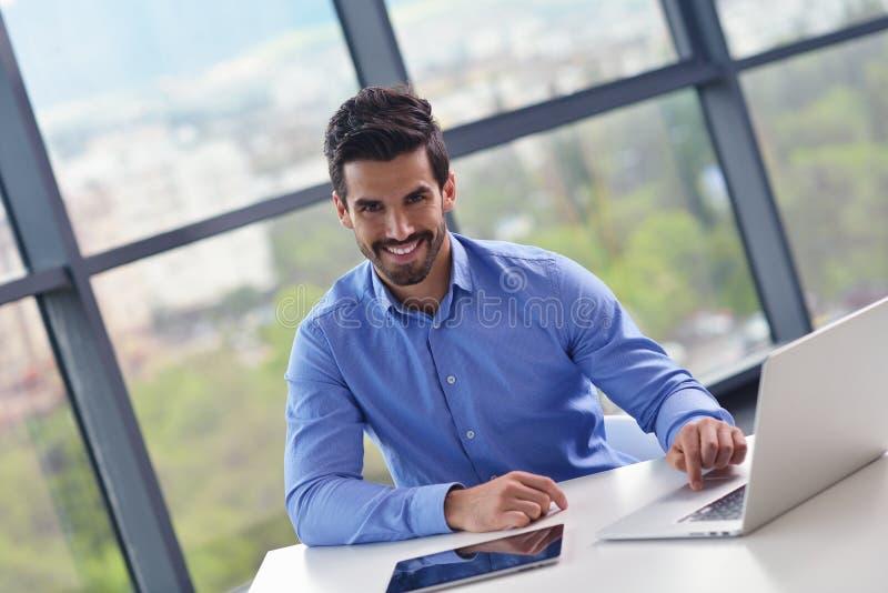 Jeune homme heureux d'affaires au bureau image stock