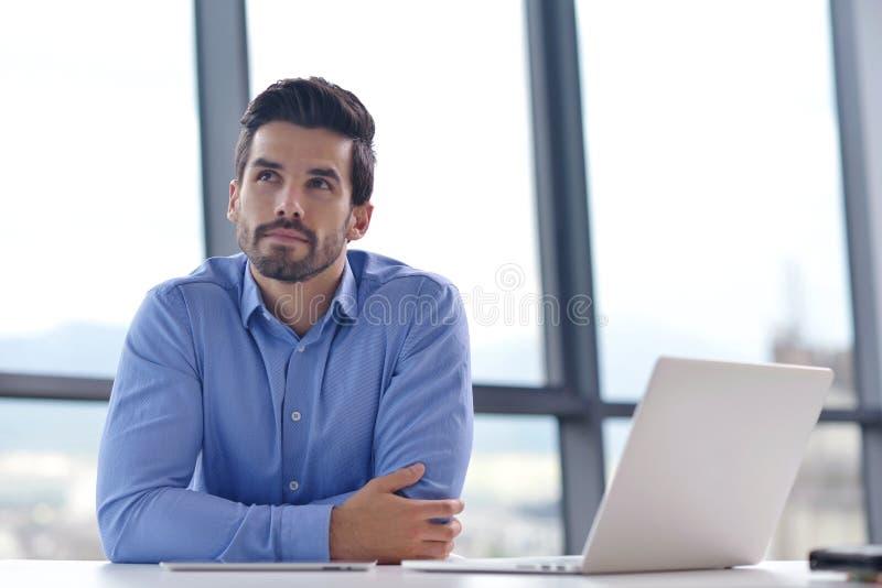 Jeune homme heureux d'affaires au bureau photo stock