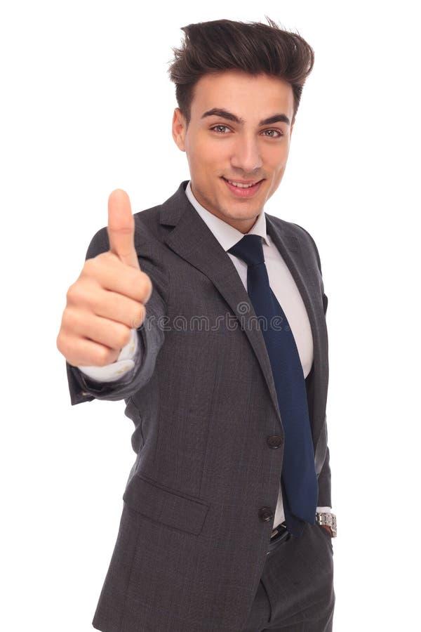 Jeune homme heureux d'affaires faisant le signe correct de main images libres de droits